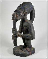 """Iorubá Exu Elegba. Tribo: Yoruba. País: Nigéria. Material: Madeira, Pigmento. Tamanho: 17 """"(43.2 cm) de altura"""
